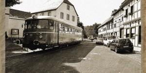 Die Eisenbahn fährt über den Markt
