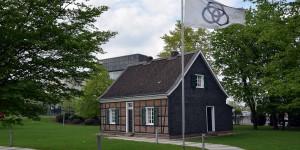 Stammhaus mit Konzenzentrale im HIntergrund