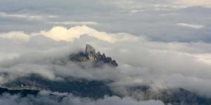 Lobhörner in einer Wolkendecke