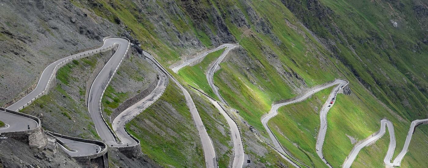Passstraße mit Serpentinen