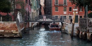 Ponte Giustinian hinter einer privaten Bruecke