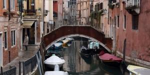 Private Brücke zu einem Wohnhaus