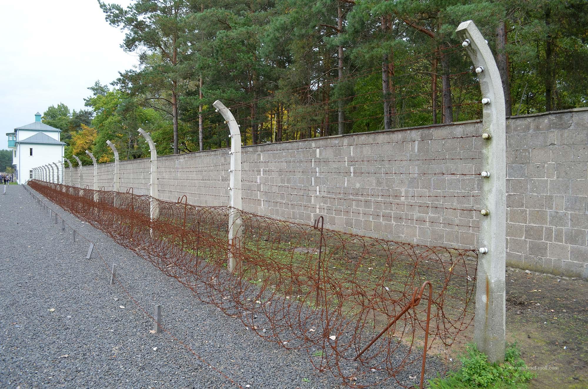 Mauer und Zaun des Lagers