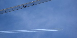 Hängebrücke mit Flugzeug