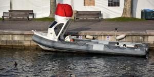 Boot mit Weihnachtsmütze