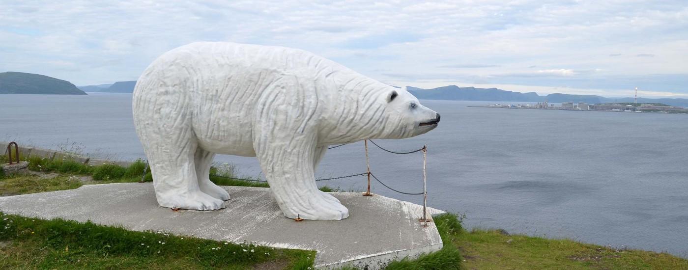 Eisbär am Ortseingang