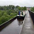 Narrowboat in der Rinne des Aquädukts