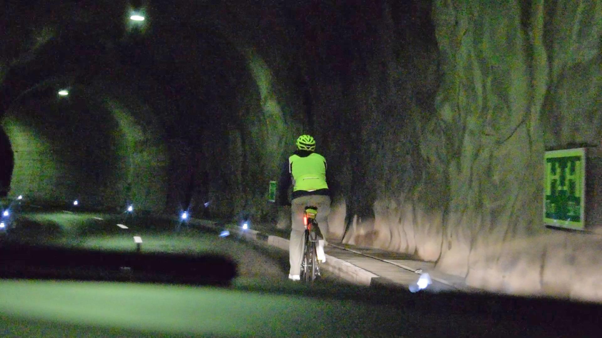 Mit dem Fahrrad im Rongellen-Tunnel