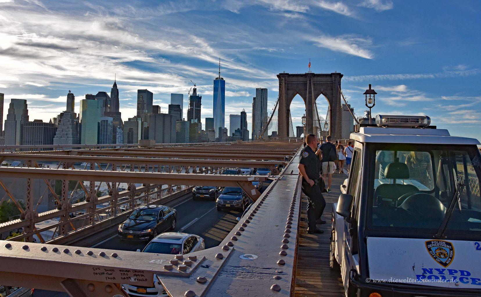 Das NYPD auf der Brücke