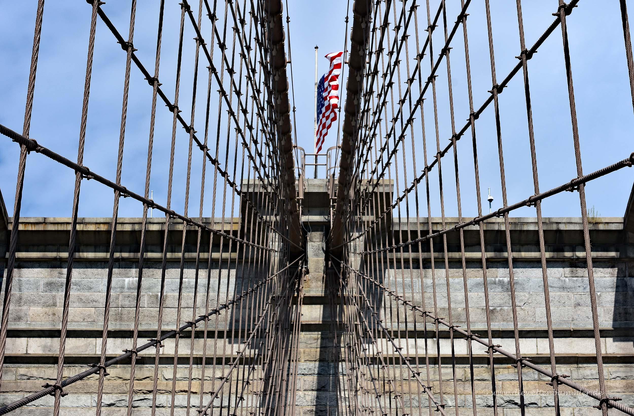 US-Flagge auf dem Brückenpfeiler