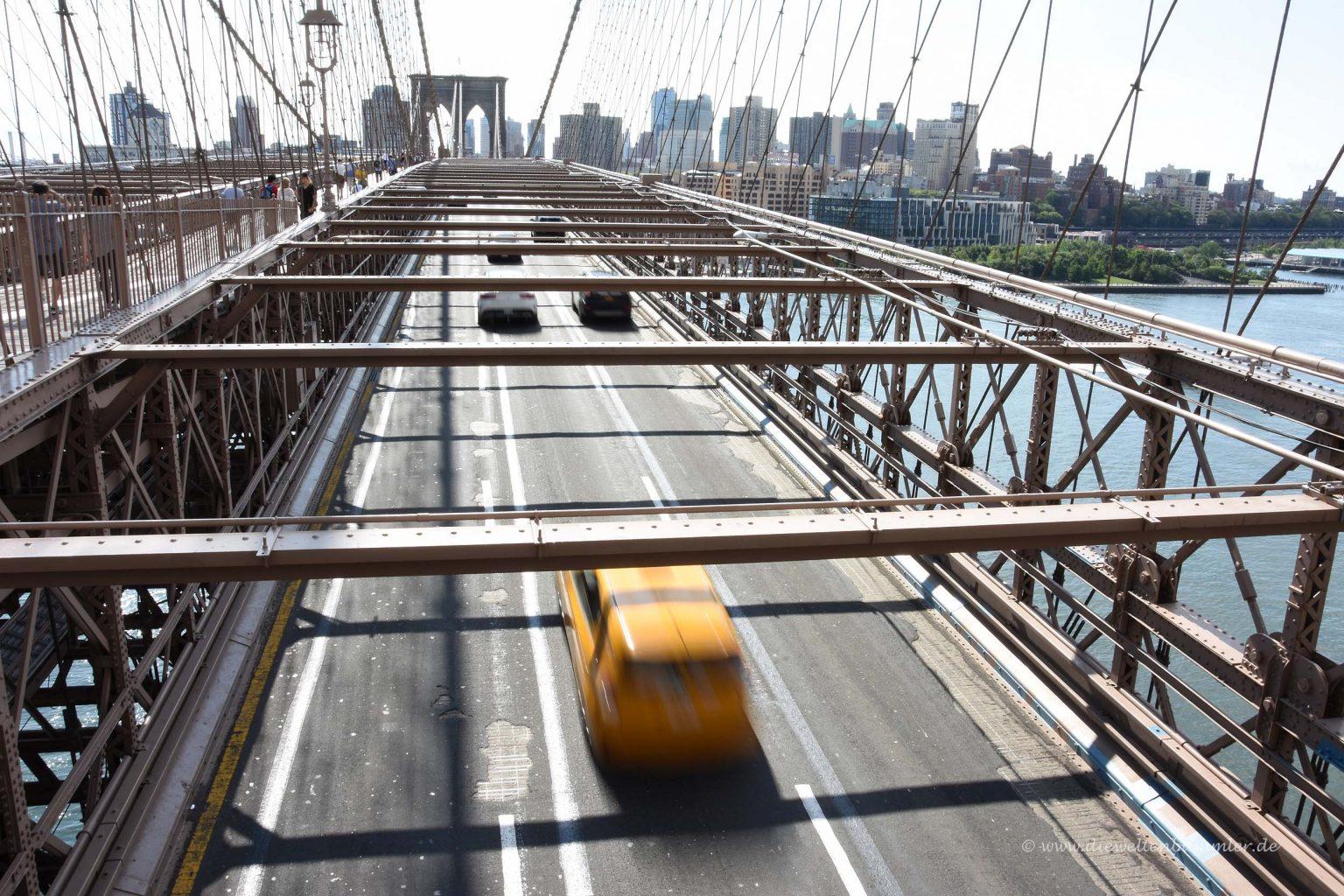 Yellow Cab auf der Brücke