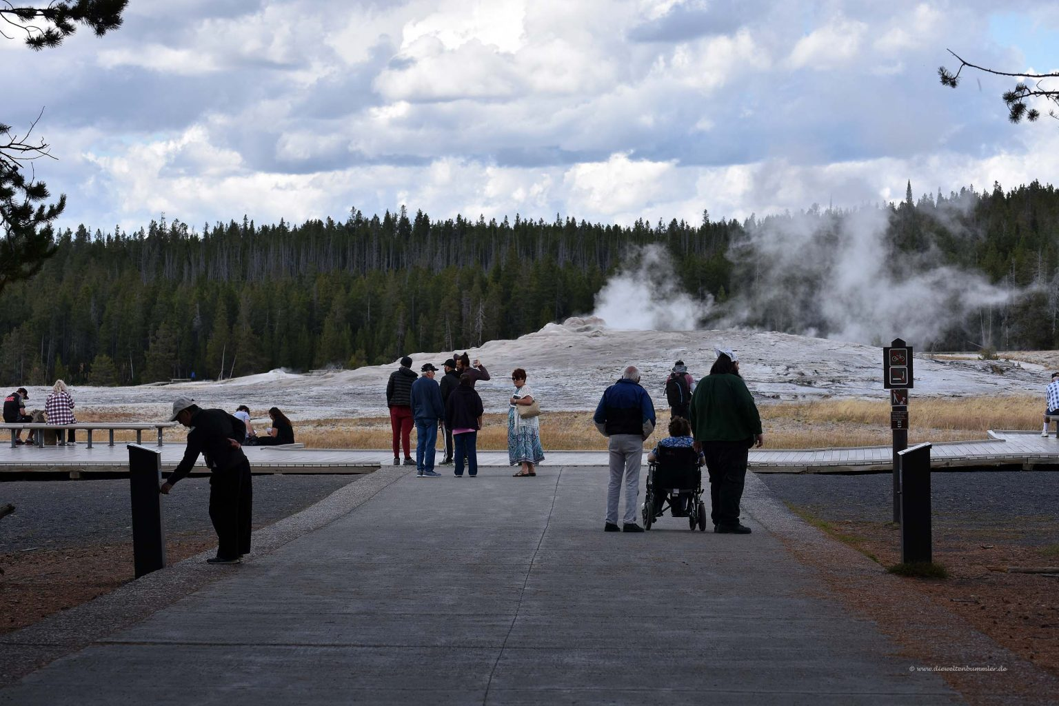 der old faithful geysir im yellowstone nationalpark. Black Bedroom Furniture Sets. Home Design Ideas