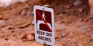 Betreten der Steinbögen natürlich verboten