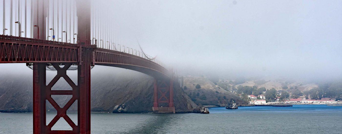 Brücke im Nebel