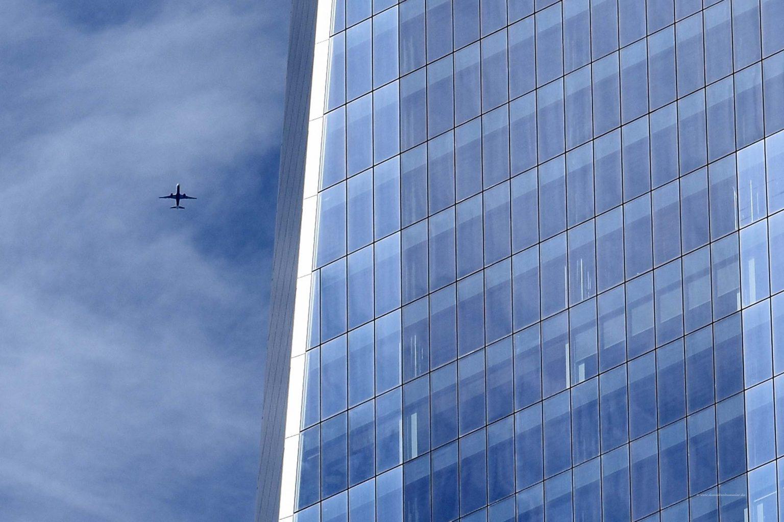 Flugzeug über dem One World Trade Center