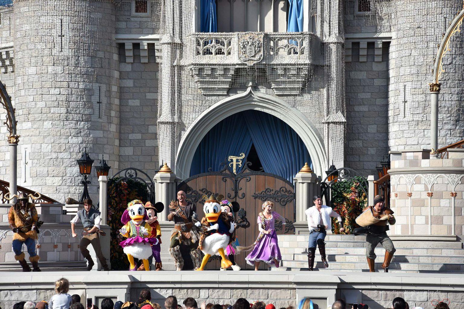 Disney-Charaktere tanzen vor dem Schloss