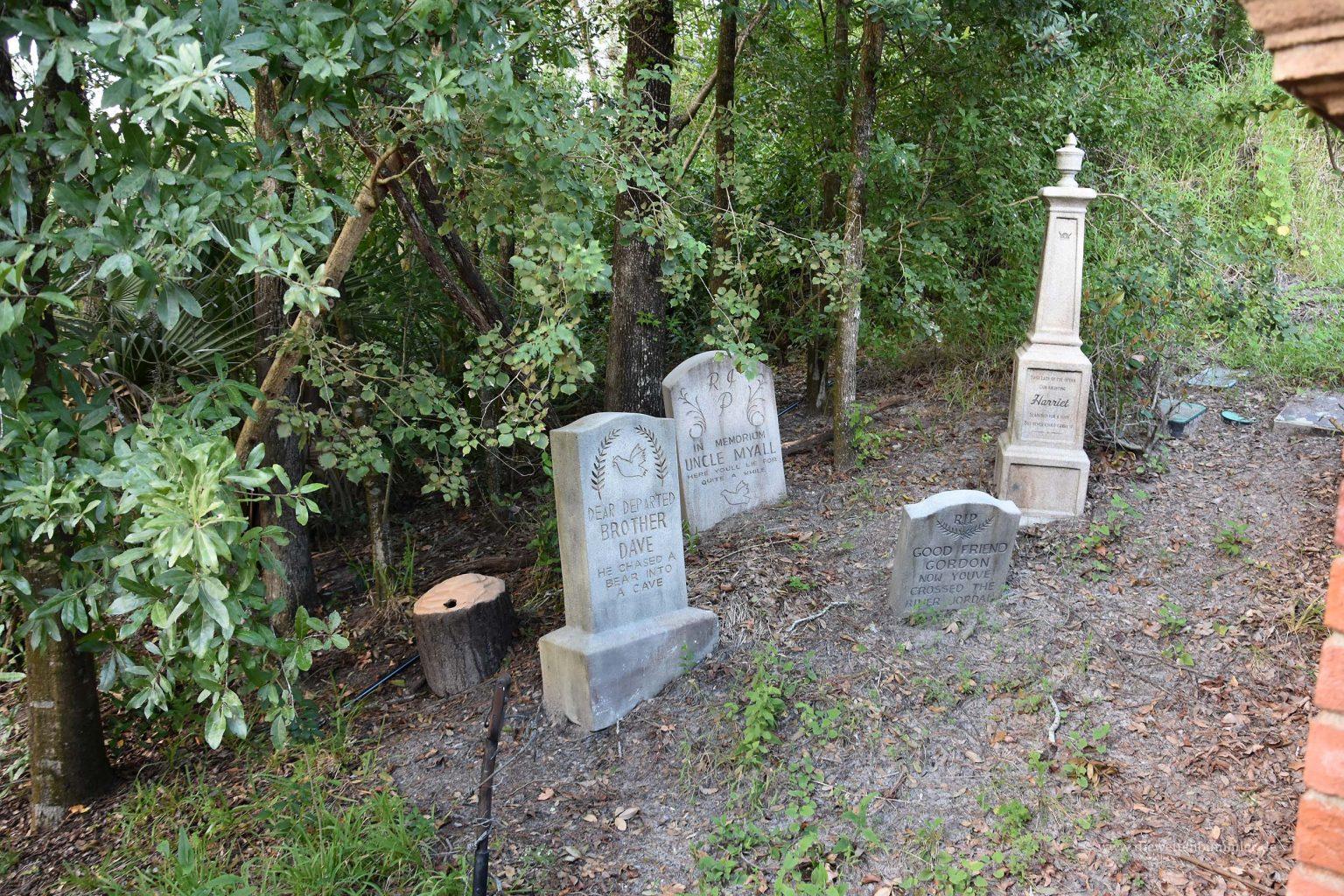 Grabsteine am Gruselhaus