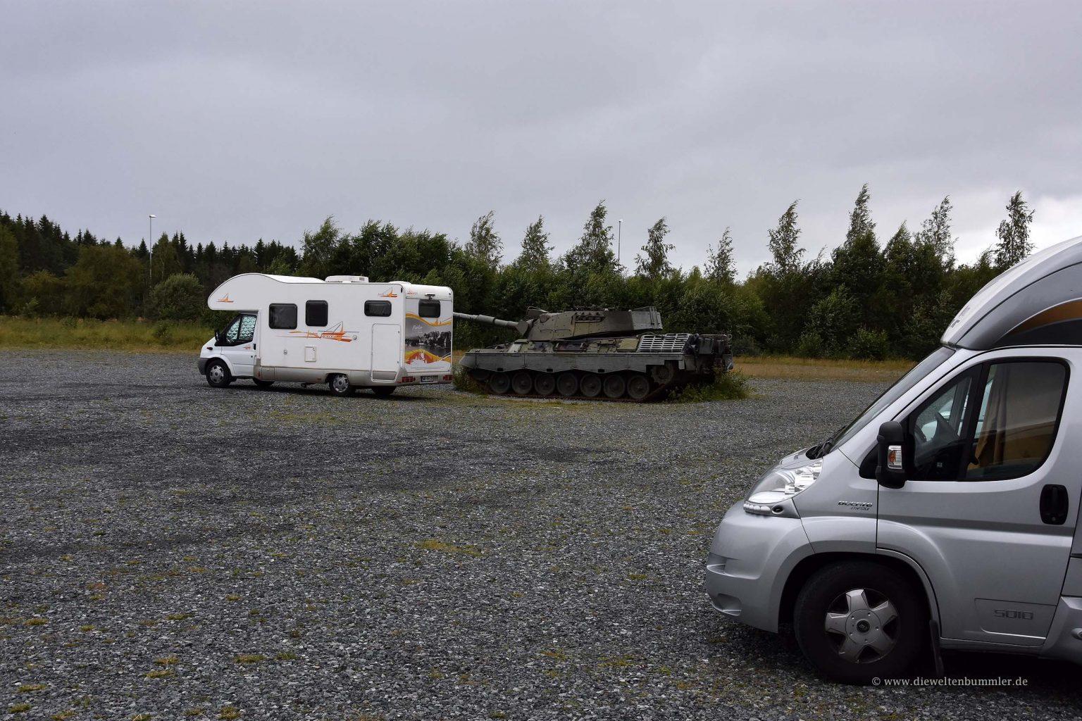 Wohnmobilstellplatz mit Panzer