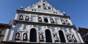 Fassade mit Skulpturen an der St Michaelkirche