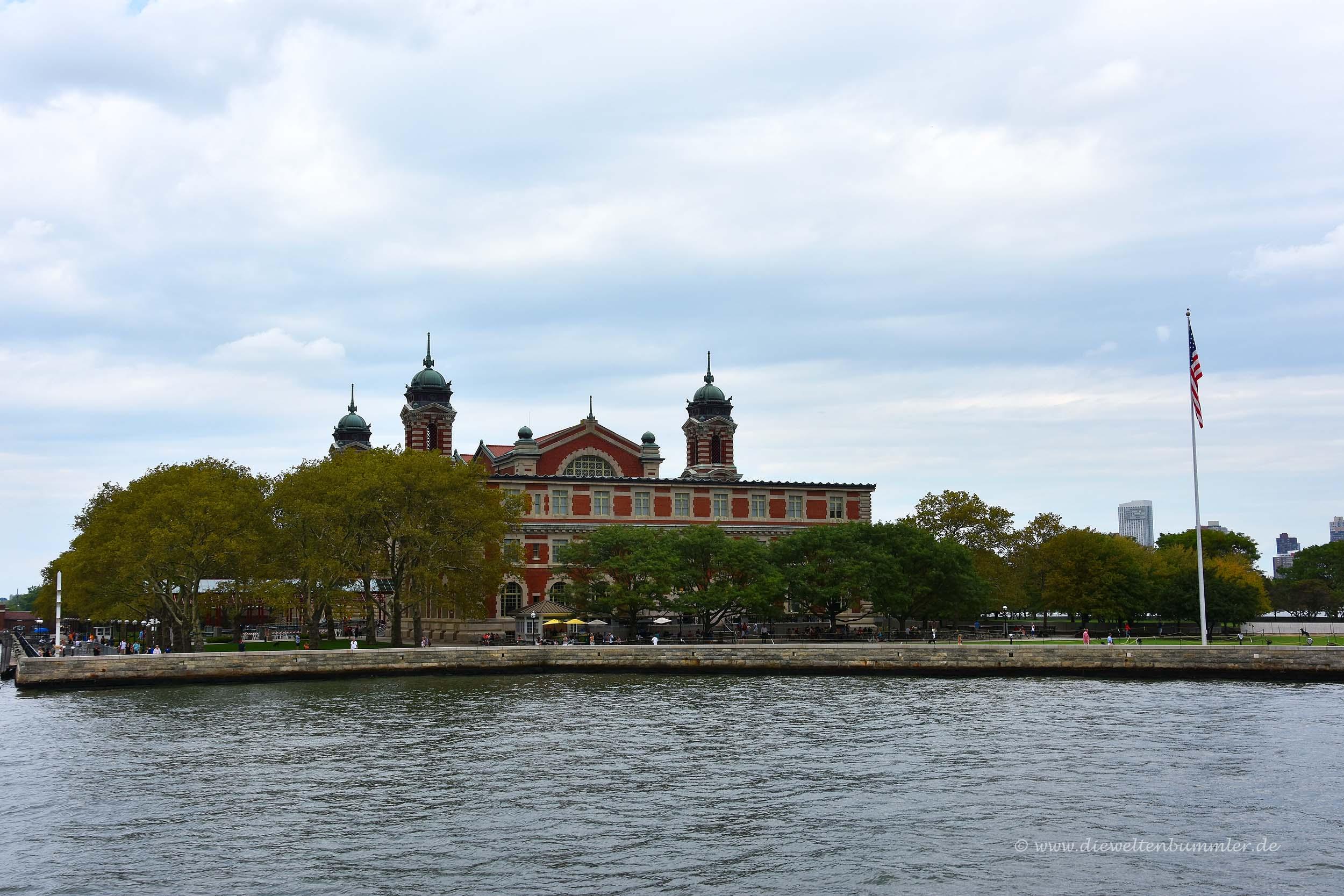 Ellis Island von der Fähre aus gesehen