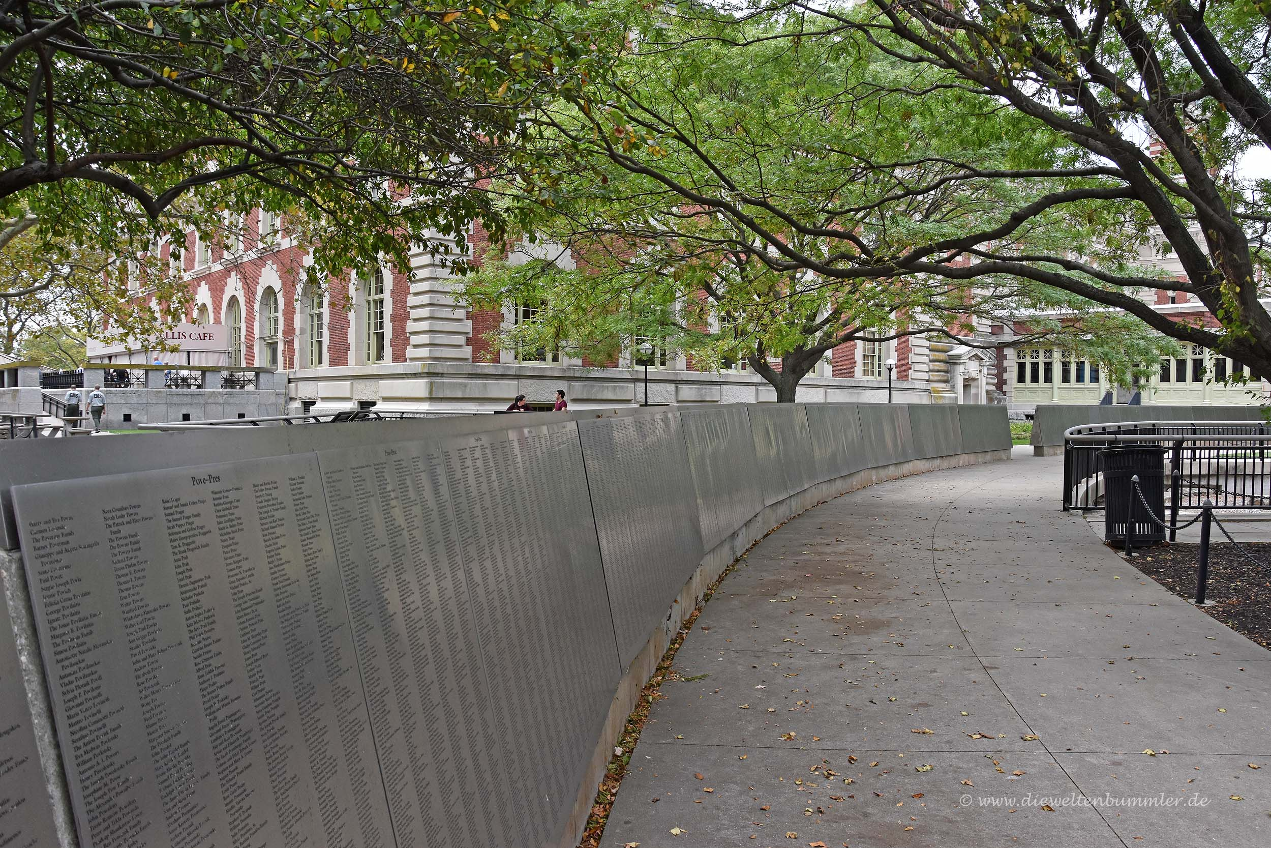 Lange Mauer mit Namen von Einwanderern