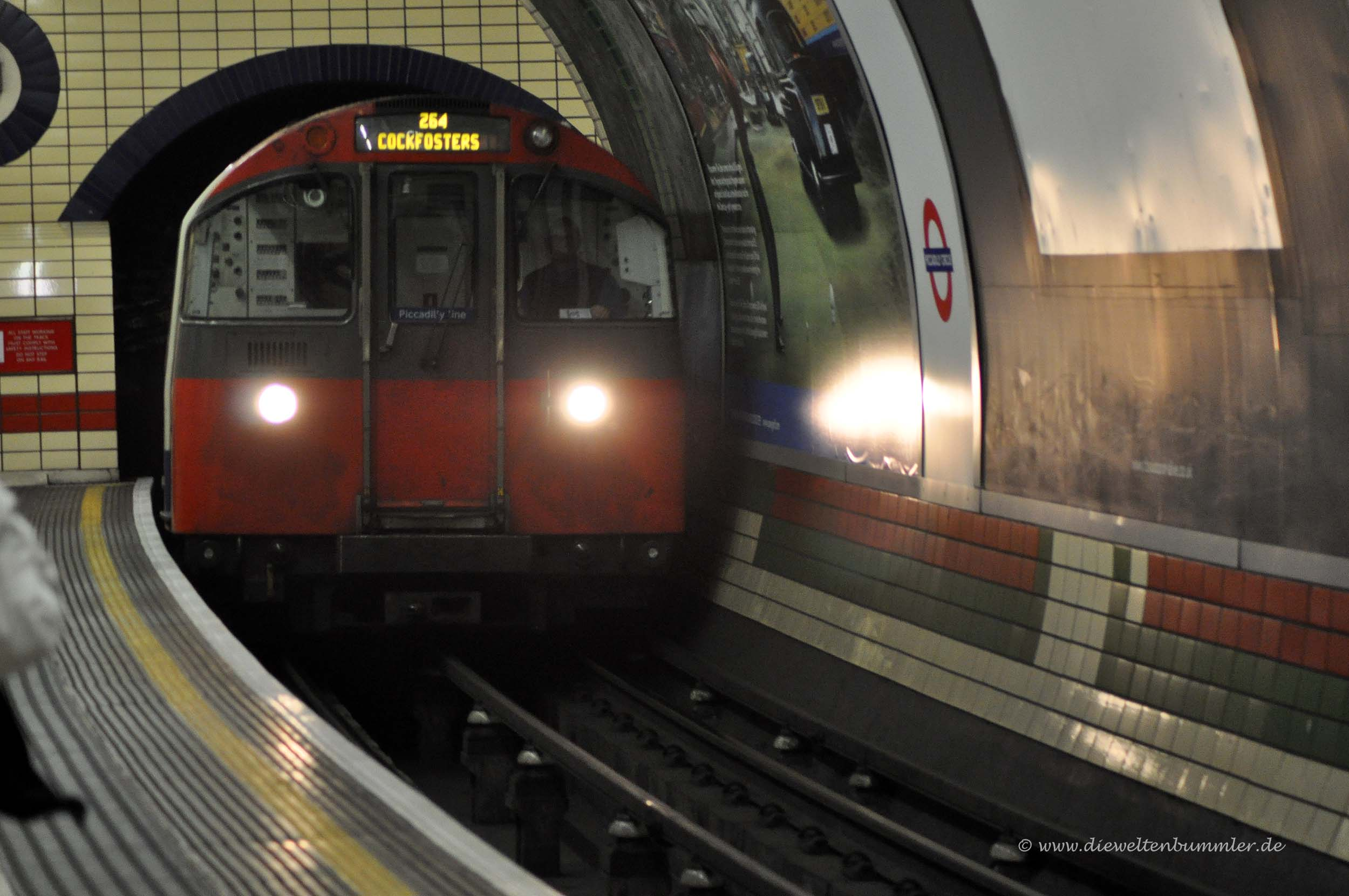 The Tube in London fährt ein