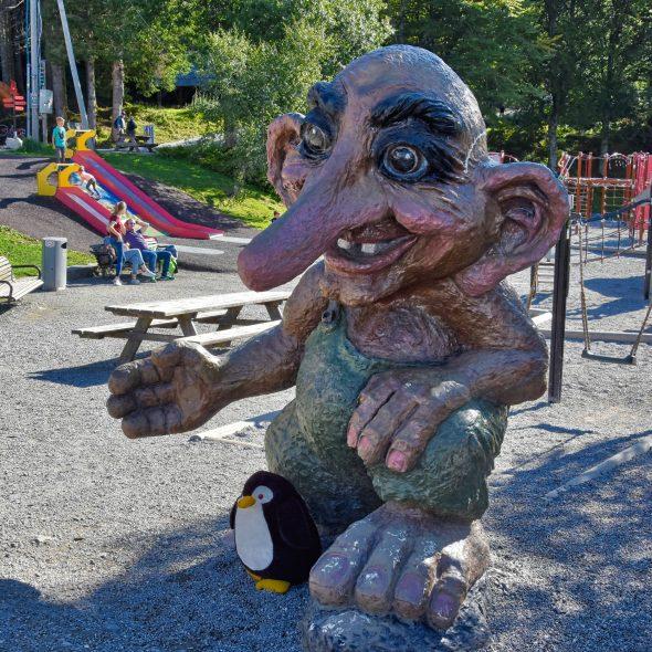 Pingu mit Troll in Bergen