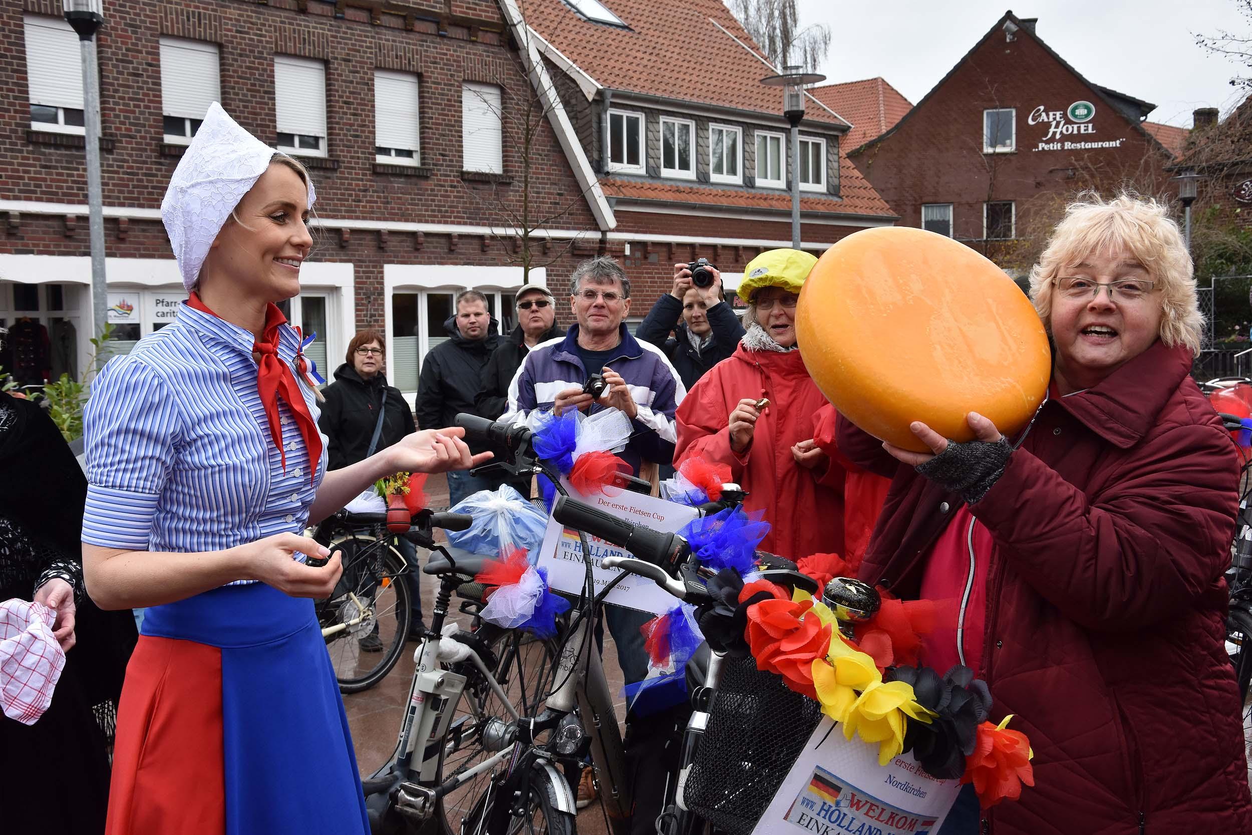 Frau Antje übergibt den Käse