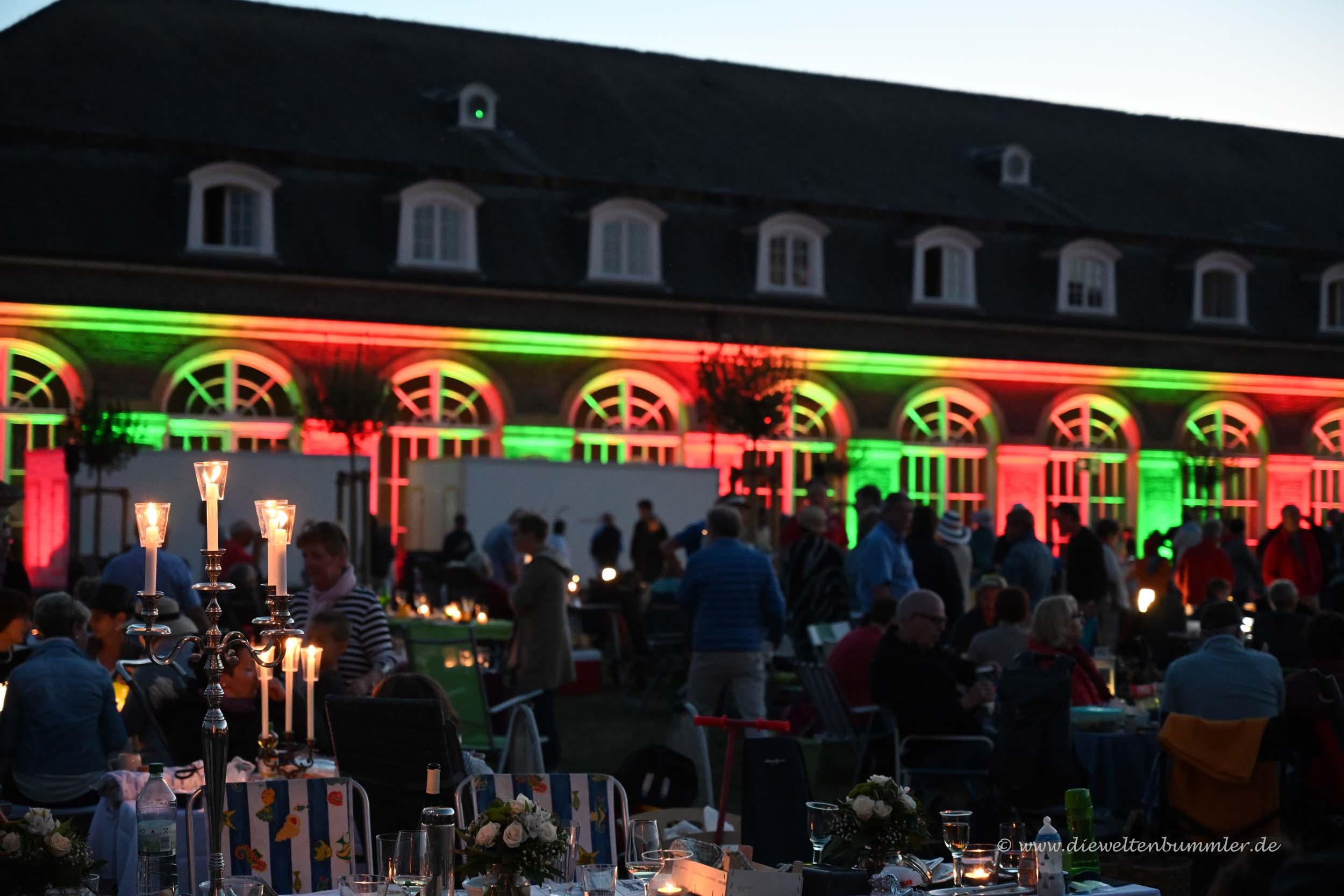 Picknicktische im Schlosshof