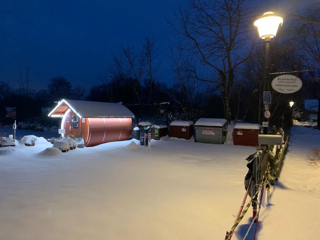 Wohnmobilstellplatz im Schnee