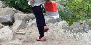 Mit Tüte auf dem Wanderweg