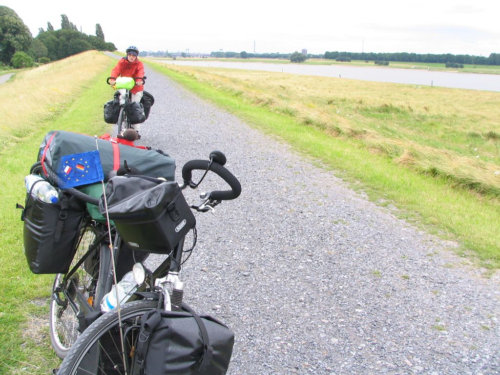 Radweg am Rhein