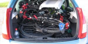 Zwei Fahrräder in einem kleinen Auto
