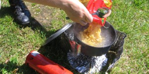 Kochen vor dem Zelt