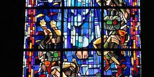 Kirchenfenster in Erinnerung an den Krieg