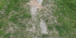 Fußstapfen als Gehwegplatten