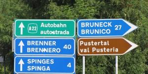 Zweisprachige Schilder in Südtirol