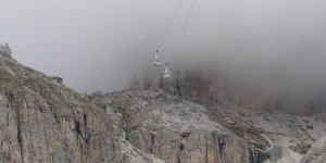 Seilbahn verschwindet in den Wolken
