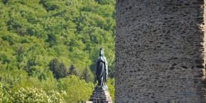 Statue an der Burgruine