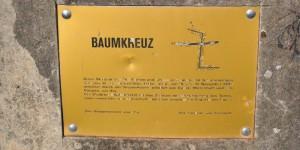 Gedenkplatte zum Baumkreuz