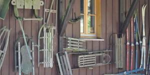 Wintersportutensilien an der Suhler Hütte