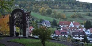 Ehrenmal mit Blick auf Oberschönau