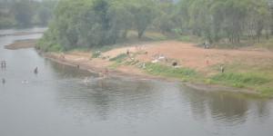 Badende in einem kleinen Fluss