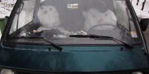 Schneemann im Auto