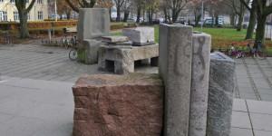 Steinbücher vor der Bibliothek