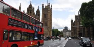 Doppeldecker vor dem Parlament