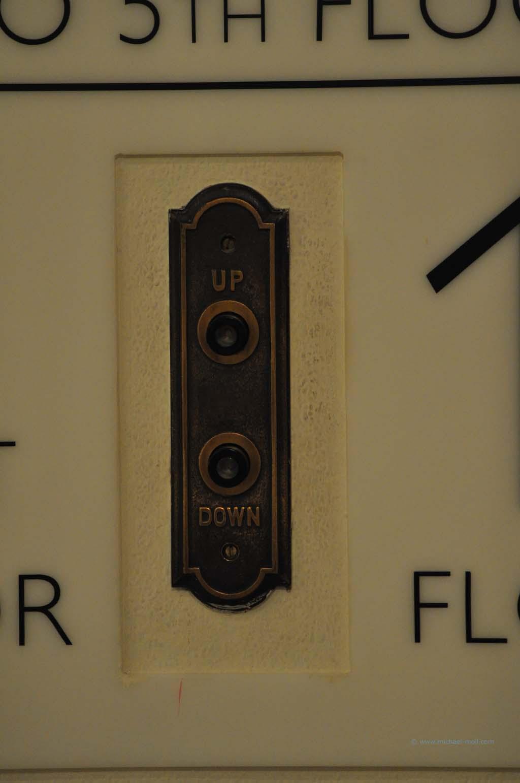 Up and Down am Fahrstuhl