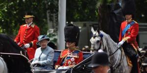 Queen auf dem Weg vom Buckingham Palast