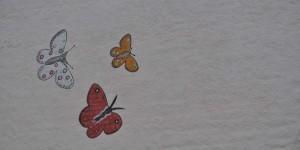 Schmetterlinge an der Hauswand