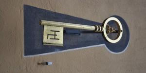 Schlüssel an der Hausfassade